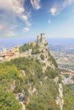 Μια όμορφη άποψη του πύργου Guaita στο υποστήριγμα Monte Titano στη Δημοκρατία του Άγιου Μαρίνου στοκ εικόνα με δικαίωμα ελεύθερης χρήσης