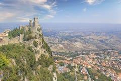 Μια όμορφη άποψη του πύργου Guaita στο υποστήριγμα Monte Titano στη Δημοκρατία του Άγιου Μαρίνου στοκ φωτογραφία με δικαίωμα ελεύθερης χρήσης