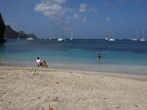 Μια όμορφη άσπρη παραλία άμμου στις Καραϊβικές Θάλασσες φιλμ μικρού μήκους
