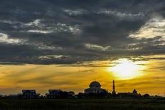 Μια όμορφη ανατολή με ένα μουσουλμανικό τέμενος κοντά στον τομέα ορυζώνα Στοκ Φωτογραφία