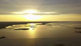 Μια όμορφη ανατολή σε μια λίμνη στο δέλτα Δούναβη απόθεμα βίντεο