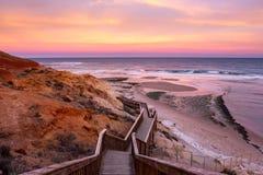 Μια όμορφη ανατολή στη Νότια Αυστραλία noarlunga λιμένων southport που αγνοεί τον ξύλινους ωκεανό και τους απότομους βράχους σκαλ στοκ φωτογραφίες με δικαίωμα ελεύθερης χρήσης