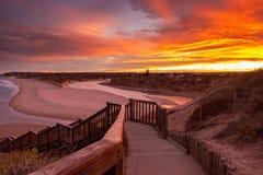 Μια όμορφη ανατολή στη Νότια Αυστραλία noarlunga λιμένων southport που αγνοεί τον ξύλινους ωκεανό και τους απότομους βράχους σκαλ στοκ φωτογραφία με δικαίωμα ελεύθερης χρήσης