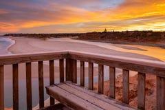 Μια όμορφη ανατολή στη Νότια Αυστραλία noarlunga λιμένων southport που αγνοεί τον ξύλινους ωκεανό και τους απότομους βράχους σκαλ στοκ εικόνα
