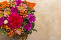 Μια όμορφη ανθοδέσμη των λουλουδιών με rowanberry Θέση στο πλαίσιο του κειμένου επάνω από την όψη Στοκ φωτογραφία με δικαίωμα ελεύθερης χρήσης