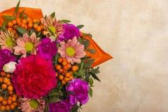 Μια όμορφη ανθοδέσμη των λουλουδιών με rowanberry Θέση στο πλαίσιο του κειμένου επάνω από την όψη Στοκ εικόνες με δικαίωμα ελεύθερης χρήσης
