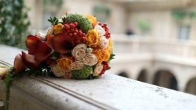 Μια όμορφη ανθοδέσμη των τριαντάφυλλων που βρίσκονται στον καναπέ απόθεμα βίντεο