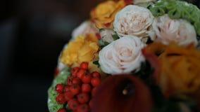 Μια όμορφη ανθοδέσμη των τριαντάφυλλων που βρίσκονται στον καναπέ φιλμ μικρού μήκους