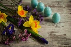 Μια όμορφη ανθοδέσμη των daffodils, των ίριδων και της άνοιξη ανθίζει Στοκ φωτογραφίες με δικαίωμα ελεύθερης χρήσης