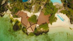 Μια όμορφη ανοικτό πράσινο ακτή με τους σκοπέλους και ένα αγαπώντας ζεύγος στο μπαλκόνι επάνω από την παραλία Η όμορφη φύση Στοκ Φωτογραφία