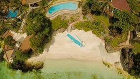 Μια όμορφη ανοικτό πράσινο ακτή με τους σκοπέλους και ένα αγαπώντας ζεύγος στο μπαλκόνι επάνω από την παραλία Η όμορφη φύση Στοκ φωτογραφίες με δικαίωμα ελεύθερης χρήσης