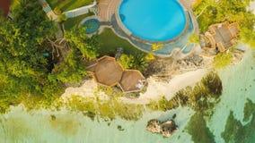 Μια όμορφη ανοικτό πράσινο ακτή με τους σκοπέλους και ένα αγαπώντας ζεύγος στο μπαλκόνι επάνω από την παραλία Η όμορφη φύση Στοκ εικόνες με δικαίωμα ελεύθερης χρήσης