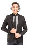 Μια όμορφη αρσενική φθορά χειριστών εξυπηρέτησης πελατών ακουστικά α Στοκ εικόνες με δικαίωμα ελεύθερης χρήσης