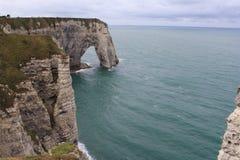 Μια όμορφη αψίδα απότομων βράχων στο etretat, Νορμανδία, Γαλλία Στοκ εικόνα με δικαίωμα ελεύθερης χρήσης