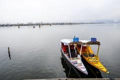 Μια όμορφη βάρκα αποκαλούμενη shikara ` ` χρησιμοποιήθηκε στη λίμνη Κασμίρ, Ινδία DAL κατά τη διάρκεια του χειμώνα Στοκ Φωτογραφίες