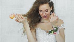 Μια όμορφη γυναίκα απελευθερώνει αργά τα πέταλα των λουλουδιών στον αέρα και πετούν φιλμ μικρού μήκους