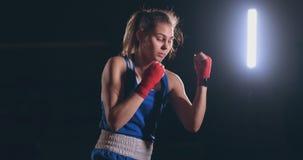 Μια όμορφη γυναίκα διευθύνει μια τεχνική άσκησης πάλης σκιών και μια ταχύτητα των απεργιών εκπαιδευτική σκληρά για το μέλλον φιλμ μικρού μήκους