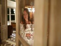Μια όμορφη γυναίκα είναι αναμονή, εξετάζοντας ακτινοβολώντας lampshade Ο καθρέφτης απεικονίζει τι συμβαίνει απόθεμα βίντεο