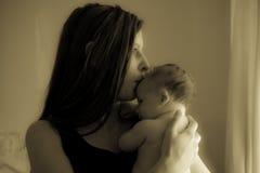 Μια όμορφη γυναίκα και το νεογέννητο μωρό της Στοκ Εικόνες