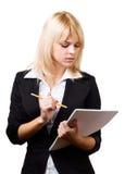 Μια όμορφη γυναίκα με ένα σημειωματάριο και ένα μολύβι Στοκ εικόνες με δικαίωμα ελεύθερης χρήσης