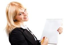 Μια όμορφη γυναίκα με ένα σημειωματάριο και ένα μολύβι στοκ φωτογραφία με δικαίωμα ελεύθερης χρήσης