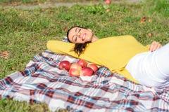 Μια όμορφη γυναίκα που τρώει τη Apple στον κήπο το φθινόπωρο Στοκ Εικόνες