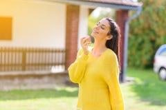 Μια όμορφη γυναίκα που τρώει τη Apple το φθινόπωρο Στοκ Εικόνες