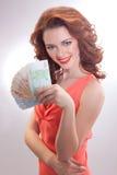 Μια όμορφη γυναίκα σε ένα ρόδινο φόρεμα με τα ευρο- τραπεζογραμμάτια στα χέρια Στοκ εικόνες με δικαίωμα ελεύθερης χρήσης