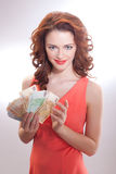Μια όμορφη γυναίκα σε ένα ρόδινο φόρεμα με τα ευρο- τραπεζογραμμάτια στα χέρια Στοκ εικόνα με δικαίωμα ελεύθερης χρήσης