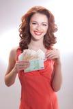Μια όμορφη γυναίκα σε ένα ρόδινο φόρεμα με τα ευρο- τραπεζογραμμάτια στα χέρια Στοκ Φωτογραφίες
