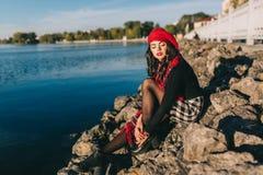 Μια όμορφη γυναίκα το φθινόπωρο Στοκ εικόνα με δικαίωμα ελεύθερης χρήσης