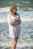 Μια όμορφη γυναίκα υπερασπίζεται τη θάλασσα με διπλωμένος στο στήθος του με τα χέρια του στοκ φωτογραφία με δικαίωμα ελεύθερης χρήσης