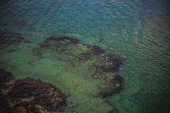 Μια όμορφη εγκαταλειμμένη παραλία στην παραλία Sosnovka ακτών Μαύρης Θάλασσας, Gelendzhik στοκ φωτογραφία με δικαίωμα ελεύθερης χρήσης