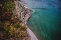 Μια όμορφη εγκαταλειμμένη παραλία στην παραλία Sosnovka ακτών Μαύρης Θάλασσας, Gelendzhik στοκ εικόνα με δικαίωμα ελεύθερης χρήσης