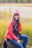 Μια όμορφη ευτυχής χαμογελώντας νέα γυναίκα στο πάρκο φθινοπώρου στοκ φωτογραφία