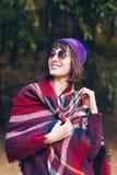 Μια όμορφη ευτυχής χαμογελώντας νέα γυναίκα στο πάρκο φθινοπώρου στοκ φωτογραφία με δικαίωμα ελεύθερης χρήσης