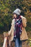 Μια όμορφη ευτυχής χαμογελώντας νέα γυναίκα στο πάρκο φθινοπώρου στοκ εικόνες