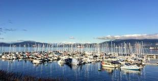 Μια όμορφη ηλιόλουστη χειμερινή ημέρα που αγνοεί μια μαρίνα που συσκευάζεται με sailboats κατά μήκος μιας από πολλές παραλίες στο στοκ φωτογραφία