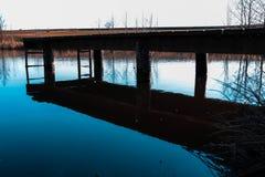 Μια όμορφη μπλε λίμνη κιρκιριών με μια γέφυρα με μερικές λεπτομέρειες σε το στοκ φωτογραφία με δικαίωμα ελεύθερης χρήσης