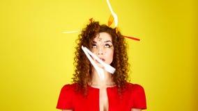 Μια όμορφη νέα γυναίκα βεβαιώνει την πτώση του μίας χρήσης επιτραπέζιου σκεύους που πετά μετά από την έννοια της κατανάλωσης και φιλμ μικρού μήκους
