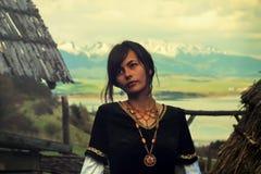Μια όμορφη νέα γυναίκα με τη σκοτεινή τρίχα, μαύρη Στοκ φωτογραφία με δικαίωμα ελεύθερης χρήσης