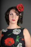 Μια όμορφη νέα γυναίκα με τις παπαρούνες Στοκ Φωτογραφίες