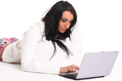 Μια όμορφη νέα γυναίκα με το lap-top Στοκ εικόνα με δικαίωμα ελεύθερης χρήσης