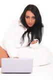 Μια όμορφη νέα γυναίκα με το lap-top Στοκ Εικόνες