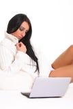 Μια όμορφη νέα γυναίκα με το lap-top Στοκ Εικόνα