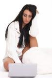 Μια όμορφη νέα γυναίκα με το lap-top Στοκ εικόνες με δικαίωμα ελεύθερης χρήσης