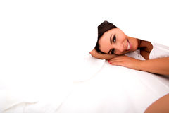 Μια όμορφη νέα γυναίκα στο πλαίσιο των φύλλων στο κρεβάτι Στοκ εικόνα με δικαίωμα ελεύθερης χρήσης