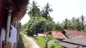 Μια όμορφη νέα γυναίκα ταξιδεύει τη Σρι Λάνκα με το τραίνο απόθεμα βίντεο