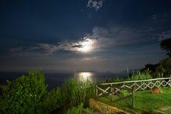 Μια όμορφη νύχτα με μια πανσέληνο και έναν έναστρο ουρανό στο νησί της Σκοπέλου στο Αιγαίο πέλαγος στην Ελλάδα Στοκ Εικόνες