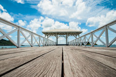 Μια όμορφη ξύλινη αποβάθρα με την ανασκόπηση μπλε ουρανού Στοκ εικόνες με δικαίωμα ελεύθερης χρήσης